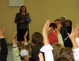 Skolas direktore Anita Žogota savus  bērnus uzrunāja kā allaž - mīļi, ar rūpēm un gādību.