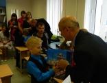 Pirmklasnieki saņēma arī krāšņas dāvanas no Rēzeknes novada pašvaldības - mācību līdzekļus.
