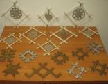 Adamovas speciālās internātpamatskolas audzēkņiZiemassvētku rotājumu apmaiņas projektā gatavo latvju etnogrāfiskās zīmes