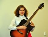 Lūznavas muižas kapelā muzicējalatgaliešu dziesminiece Laura Bicāne