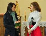 Lūznavas muižas pārvaldniece Iveta Balčūne pateicās Laurai Bicānei par sirsnīgo koncertu