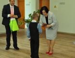Pirmais dokuments - skolēnu apliecība no direktores rokām!