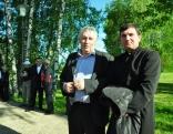 Laicīgā un garīgā vara roku rokā. Lendžu pagasta pārvaldes vadītājs Voldemārs Deksnis un Bērzgales un Sarkaņu draudzes prāvests Andrejs Jonāns.