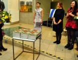 Mākslinieces sveic Rēzeknes novada Kultūras nodaļas vadītāja Ināra Pleikšne.