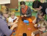 Kaunatas pirmskolas izglītības iestādes bērni gatavo Ziemassvētku apsveikumus