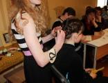 Konkursa dalībnieces Kristīnes Orlovas talants ir frizūru taisīšana.