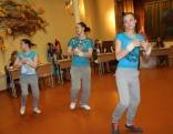Konkursā uzstājas mūsu skolas absolventes, demonstrē skolā aizsākto talantu - dejo breiku.