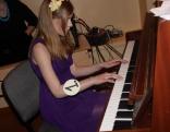 Klavierspēles prasmi demonstrē konkursa dalībniece Beatrise Tutina
