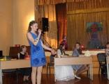 Konkursa dalībniece Samanta Priževoite prezentē savu talantu - aizraušanos ar dekupāžu.