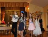 Konkursa dalībnieces dejo polonēzi