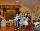 konkursa dalībnieces dejo princešu deju - polonēzi.
