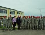 Rēzeknes novada domes priekšsēdētājs Monvīds Švarcs un Silmalas PII vadītāja Jeļena Dzene ar ASV karavīriem un Latvijas militārajiem inženieriem.