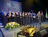 """Dzied Rēzeknes novada jauktais koris """"Ezerzeme"""", diriģents Ēriks Čudars."""
