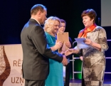 """Balvas nominācijā """"Gada ģimenes uzņēmums"""" pasniedz Rēzeknes novada domes deputāte, Sociālo un veselības aizsardzības jautājumu pastāvīgā komitejas priekšsēdētāja Regīna Baranova"""