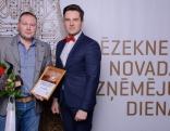 """Nodibinājuma """"Lauku ekonomikas attīstībai Rēzeknes novadā"""" valdes priekšsēdētājs Edgars Blinovs (no labās) kopā ar """"Gada amatnieks"""" balvas ieguvēju - Andreju Cvetkovu - SIA """"Akron"""".rie"""