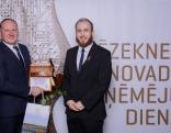 """Gada inovatīvu produktu/pakalpojumu ieviesējs- 2017 - SIA """"Gravtex"""" vadītājs Andris Filipenoks (no kreisās) kopā ar Rēzeknes novada deputātu, Izglītības, kultūras un sporta pastāvīgās komitejas priekšsēdētāju Gunti Rasimu."""
