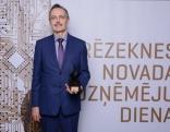 """Uzvarētāja nominācijā """"Gada ģimenes uzņēmums"""" - z/s """"Liepas"""". Balvu saņem saimnieks Ivars Arbidāns."""