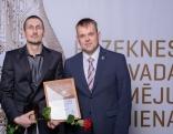 """Novada VIP (vietējās identitātes produkts) - z/s/ """"Līvas"""" vadītājs Ringolds Benjavs (no kreisās) kopā ar Rēzeknes novada pašvaldības izglītības pārvaldes vadītāju Guntaru Skudru."""