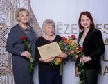 """Balvu par piedalīšanos nodarbinātības pasākumu veikšanā saņēma Rikavas pagasta z/s """"Ozolu mājas"""" (Ināra Ozola), kopā ar NVA direktori Evitu Simsoni (no labās) un Rēzeknes un Viļānu filiāles vadītāju Ināru Šindarjovu."""