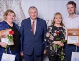 Konkursa vērtēšanas komisijas priekšsēdētājs, Rēzeknes novada domes deputāts Staņislavs Šķesters kopā ar Gada jauno uzņēmumu -2017. - Aniņu ģimeni (attēlā pa labi) un nominēto uzņēmēju Rasmu Ģērmani (attēlā pa kreisi). a