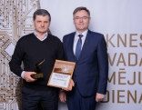 """Gada uzņēmums 2017 - SIA """"Sakarnieks"""" - valdes loceklis Anatolijs Plešavnieks (no kreisās) kopā ar Rēzeknes novada domes priekšsēdētāju Monvīdu Švarcu."""