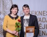 """Pateicība nominācijā """"Gada tūrisma uzņēmums """" - ģitāru izgatavotājam Jānim Kuzminskim (z/s """"Tiptops""""). Attēlā kopā ar kundzi Aiju."""