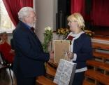 Pateicību nominācijā Gada amatnieks/mājražotājs saņem Anita Safonova, viņu sveic Maltas pagasta pārvaldnieks Vitālijs Skudra