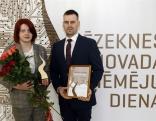 """Balvu nominācijā """"Gada mecenāts"""" RSEZ SIA """"NewFuels"""" saņem uzņēmuma pārstāvji Ērika Sedola un Jānis Domulis"""