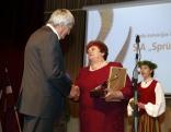 Balvu pasniedz Rēzeknes novada domes priekšsēdētāja vietniece Elvīra Pizāne