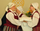 Kaunatas tautas nama folkloras ansamblis dāvina linu kreklu