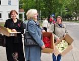 """Ziedu kompozīciju veidošanai pie pieminekļa """"Vienoti Latvijai"""" 2010. g. 08. septembris"""