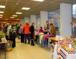 Pašā Ziemassvētku priekšvakarā Rēzeknes novada pašvaldības ēkas foajē un lielā zāle bija pārvērtusies trokšņainā un līksmā svētku tirdziņā, kur pulcējās kupls pulks pirkt un pārdot gribētāju.
