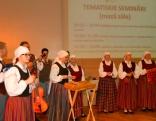 Svētku sajūtu radīja gan kuplā egle, gan Kaunatas folkloras ansamblis ar jauniem tērpiem.