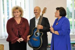 Nautrēnu vidusskolas muzikālie skolotāji un Nautrēnu vidusskolas direktore Anita Žogota (no labās) (Foto: Madara Ļaksa)