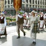 Kaunatieši Dziesmu un deju svētku gājienā Rīgā (Aleksandrs Lebeds)