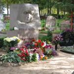 A. Rupaiņa piemineklis ziedos