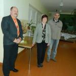 (no kreisās) Eduards Grišuļonoks, Kruku ciema bibliotēkas vadītāja Anita Laizāne, Ivans Koņuhovs