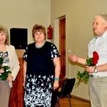 Olgu Orsu (no kreisās) sveic Rēzeknes novada domes priekšsēdētāja vietniece Elvīra Pizāne un pašvaldības izpilddirektors Jānis Troška