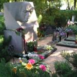 Rakstnieka A. Rupaiņa piemineklis Bērzgales kapsētā