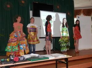 Ekoskolas meitenes ekoloģiskos tērpos