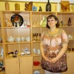 Diāna Vasiļjeva priecājas par Rīgas porcelānu fabrikas dārgumiem