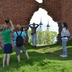 Tūristi Ludzas pilskalnā