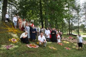 Svētdienas  Mises apmeklētāji ar dekāntēvu Pāvilu Zīli (foto: Jānis Aleksāns)