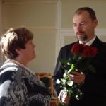 Jauno pārvaldes vadītāju sveic Rēzeknes novada domes priekšsēdētāja vietniece Elvīra Pizāne (A. Rancānes foto)