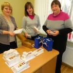 Rēzeknes novada Sociālā dienesta darbinieces (no kreisās) - Sanita Tauriņa, Inta Greivule -Loca un vadītāja Silvija Strankale priecājas par Ziemassvētku kartītēm. ) -