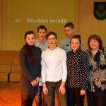 Uzvarētāji - Kaunatas vidusskolas komanda ar savu skolotāju Ingrīdu Ūzulāni
