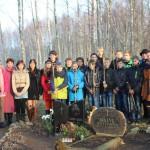 Sakstagala skolēni pie Lācplēša kara ordeņa kavaliera Jāzepa Kaļvas kapa
