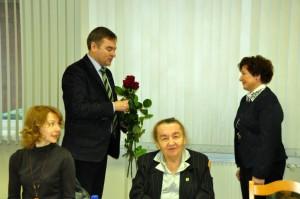 Rēzeknes novada domes priekšsēdētājs Monvīds Švarcs sveic jauno Nautrēnu pagasta pārvaldes vadītāju Līviju Plavinsku