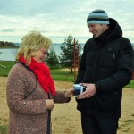 Rāznas Ezerkrastu saimniece Sandra Viša ar vērtēšanas komisijas priekšsēdētāju Kasparu Melni