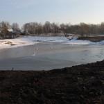 Iztīrītais un paplašinātais dīķis Dricānu ciemā, kur šogad turpināsies labiekārtošanas darbi.